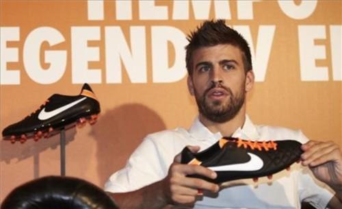 بيكيه قدم اليوم حذائه الجديد في مؤتمر صحفي Tumblr_lmjj84rWFk1qd211c