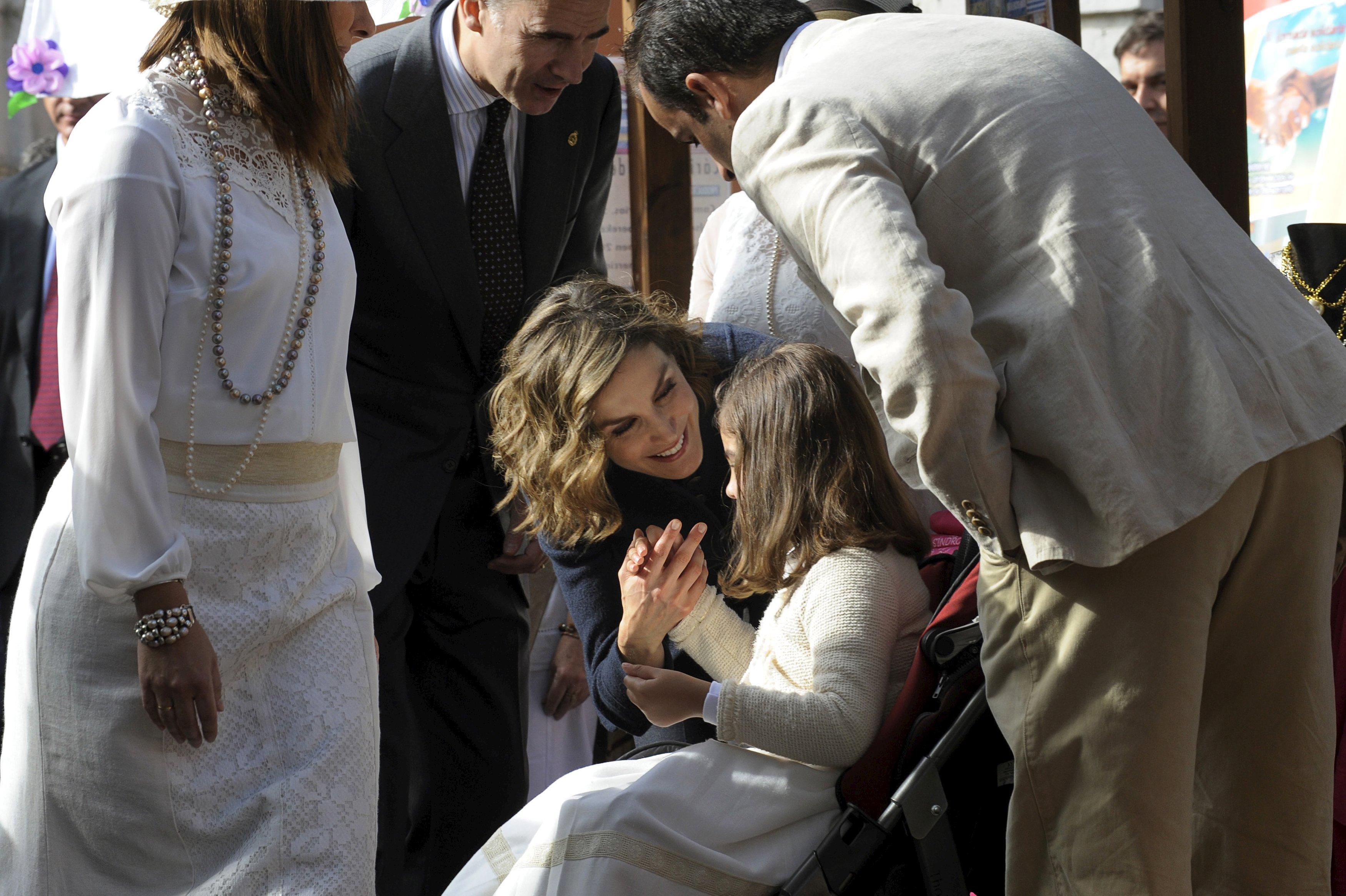 Felipe VI y Letizia - Página 4 2015-10-24T132420Z_1422031828_GF20000030833_RTRMADP_3_SPAIN-ROYALS