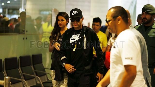 بالصور .. البرازيلي نيمار يصل إلى برشلونة .. ويستعد لاستقبال حافل في كامب نو 2013-06-03_NEYMAR_06-Optimized.v1370262386