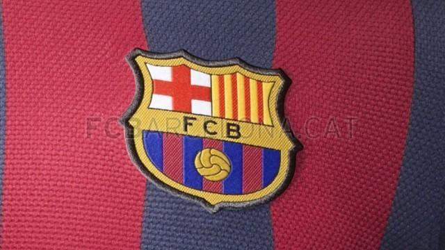 بالصور طقم قميص برشلونة  لموسم 2013-2014 Fa13_FB_ClubKits_Barca_Authentic_HOME_CREST-Optimized.v1369143743