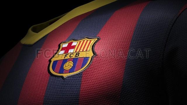بالصور طقم قميص برشلونة  لموسم 2013-2014 Fa13_FB_ClubKits_Barca_Replica_Home_CREST_0234-Optimized.v1369143760