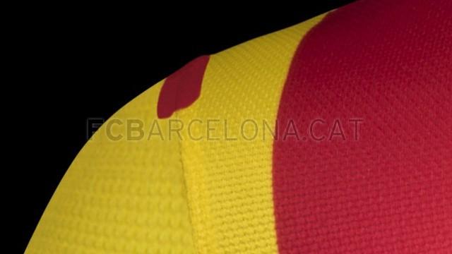 بالصور طقم قميص برشلونة  لموسم 2013-2014 Fa13_FB_ClubKits_Barca_Authentic_Away_SHOULDER-Optimized.v1369128885