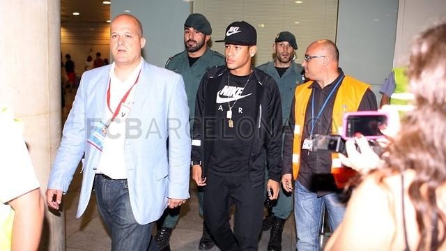 بالصور .. البرازيلي نيمار يصل إلى برشلونة .. ويستعد لاستقبال حافل في كامب نو 2013-06-03_NEYMAR_02-Optimized.v1370262378