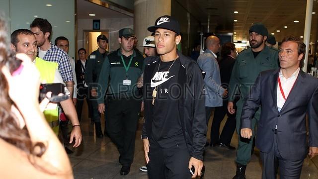 بالصور .. البرازيلي نيمار يصل إلى برشلونة .. ويستعد لاستقبال حافل في كامب نو 2013-06-03_NEYMAR_03-Optimized.v1370262380