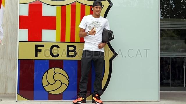 بالصور .. البرازيلي نيمار يصل إلى برشلونة .. ويستعد لاستقبال حافل في كامب نو 2013-06-03_NEYMAR_25-Optimized.v1370264586