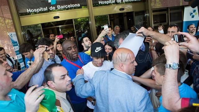 بالصور لحضة وصور نيمار لعمل الفحص الطبي في برشلونة  2013-06-03_NEYMAR_HOSPITAL_DE_BARCELONA_-_14-Optimized.v1370273455