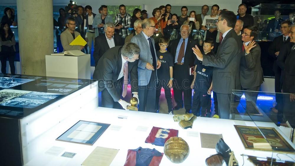 لويس سواريز الاسباني يُسلم كرته الذهبية لبرشلونة 2015-04-29_PILOTAORSUAREZ_43-Optimized.v1430335945