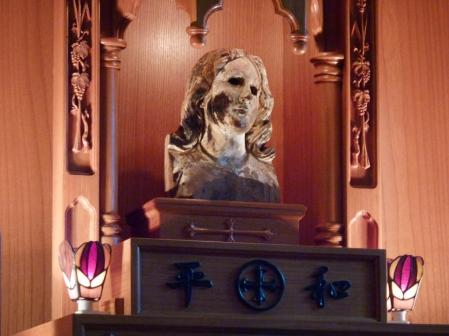 Double miracle Nagasaki (Franciscain) et Hiroshima (Jésuite) La-tete-de-la-vierge-marie-en-bois-qui-a-survecu-au-brasier