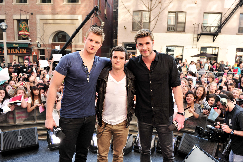 Mido 188cm (6'2) y me siento bajito hoy en día Liam-Hemsworth-Josh-Hutcherson-Alexander-Ludwig-visited