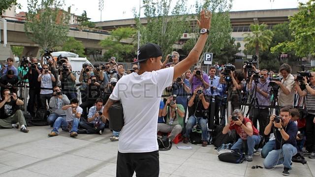 بالصور .. البرازيلي نيمار يصل إلى برشلونة .. ويستعد لاستقبال حافل في كامب نو 2013-06-03_NEYMAR_26-Optimized.v1370263944