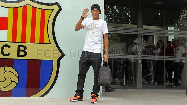 بالصور .. البرازيلي نيمار يصل إلى برشلونة .. ويستعد لاستقبال حافل في كامب نو 2013-06-03_NEYMAR_19-Optimized.v1370263419