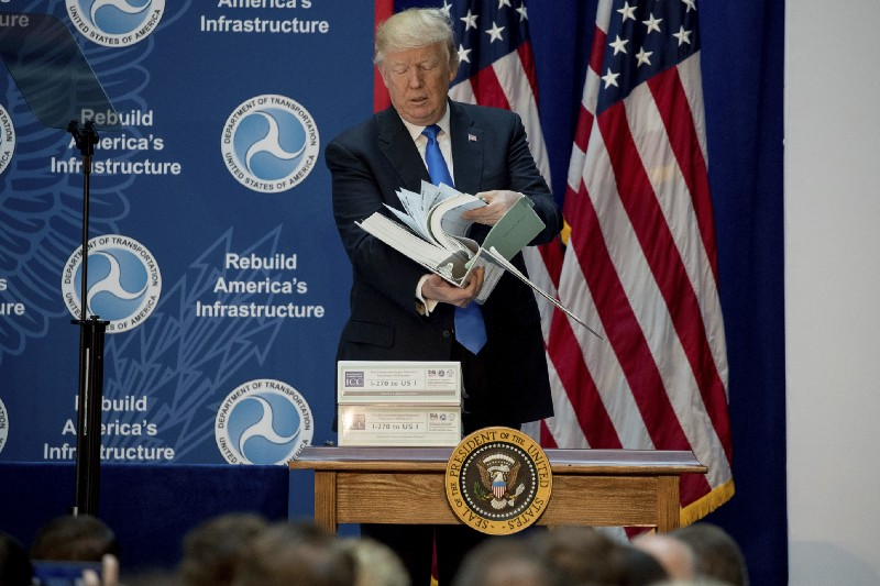 Golfos/nuevo tema - Página 4 Trump_with_binder_thinkprogress