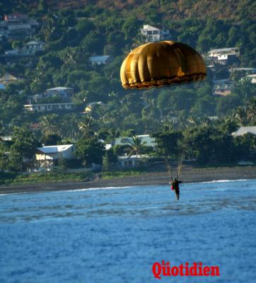 Sauts en parachute au-dessus de la baie Saint-Paul  40464-5021