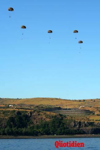 Sauts en parachute au-dessus de la baie Saint-Paul  40464-9627