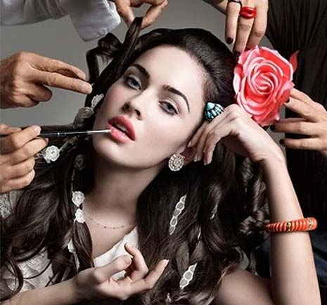 MEGAN FOX - The actress who became famous for her looks... and thumbs!  Megan-fox-hand-art-rose