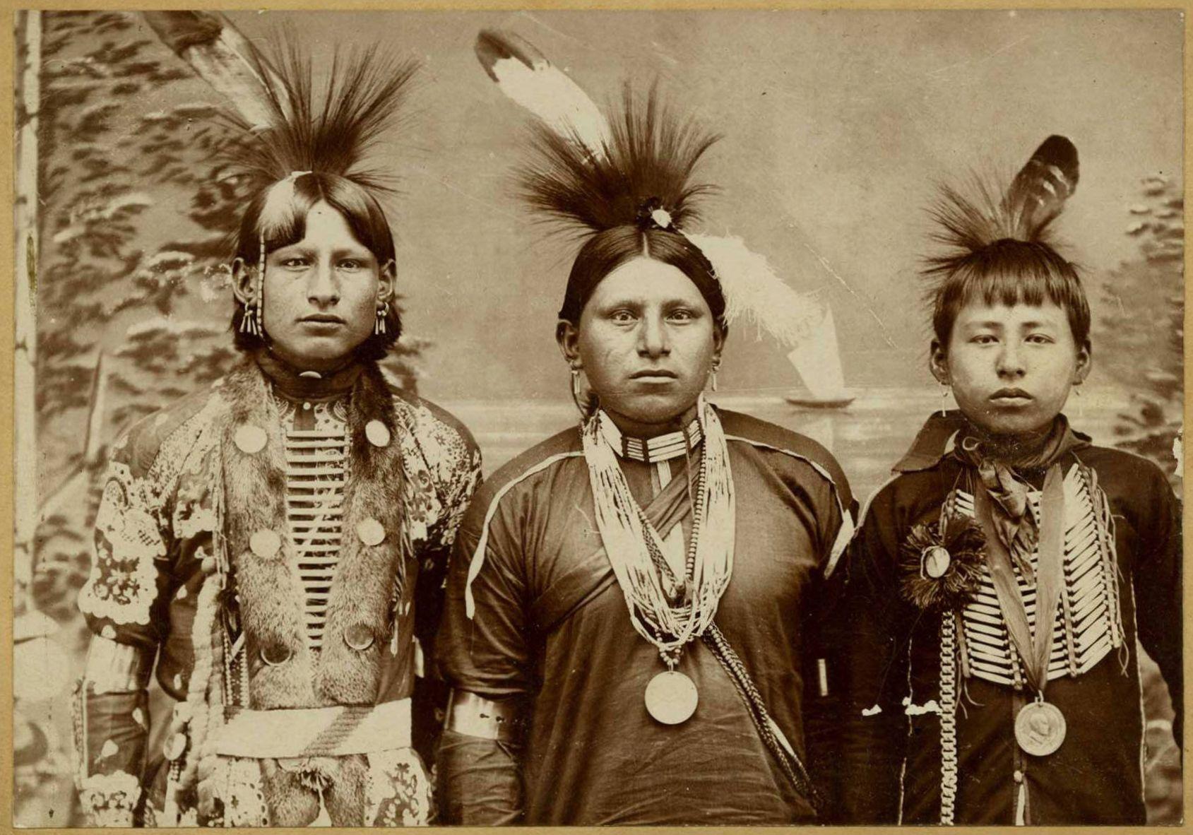 Indijanci na fotografiji i slici - Page 2 Three_young_native_american_men