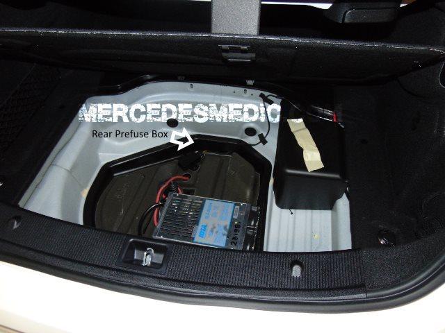 bateria - (W204): Chave de comando não funciona/reconhece após um tempo sem usar. O quê pode ser? - Página 2 Rear-Prefuse-Box-F33