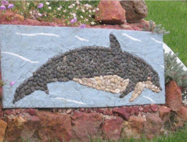 Mosaïque inversé d'un dauphin avec des galets. Dauphin3