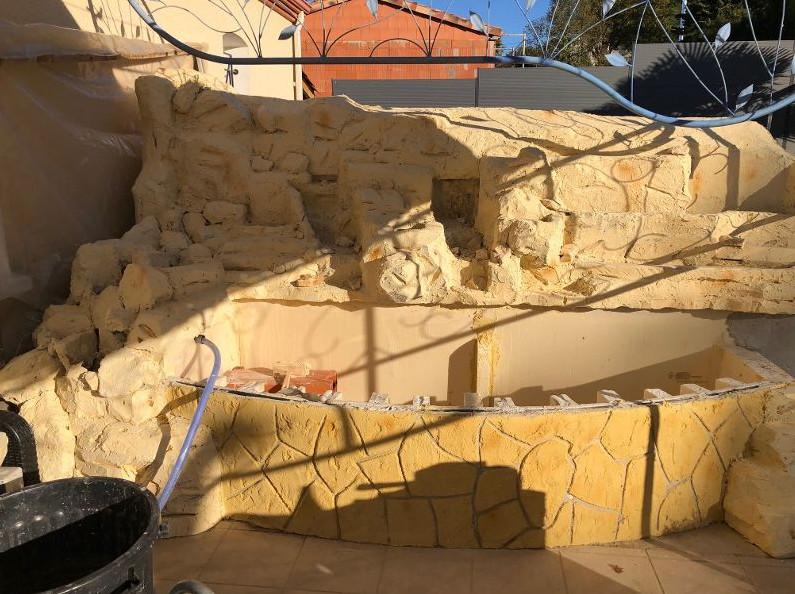 Cascade et mur végétalisé sur un mur en fausses pierre Cascade3