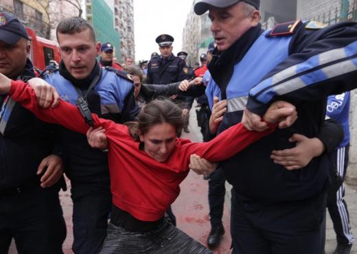 (Lajm Ditorë) Policja e shkarkuar nga detyra: Shtëpinë e shembin me mua brenda Policja15
