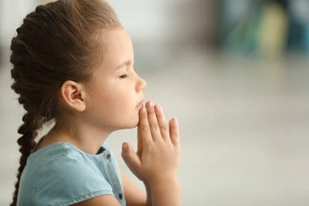 ¿TENDREMOS MACRO FESTIVALES EN EL 2021 O EN EL 2022? - Página 7 Cute-little-girl-praying-at-home