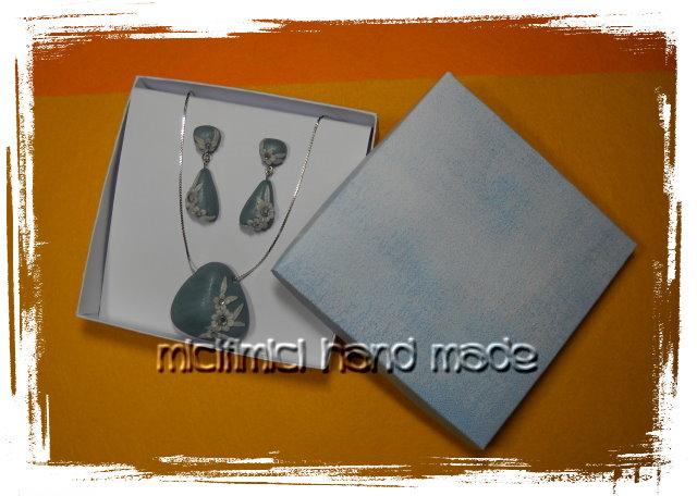 orecchini e ciondolo azzurri con fiori Orecchini-ciondolo-graziosa-scatola