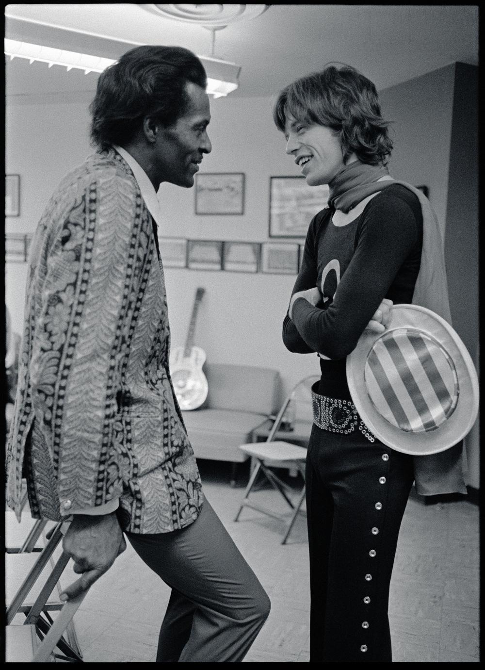 EL GRAN COMBATE. BEATLES O STONES. Chuck-Berry-and-Mick-Jagger