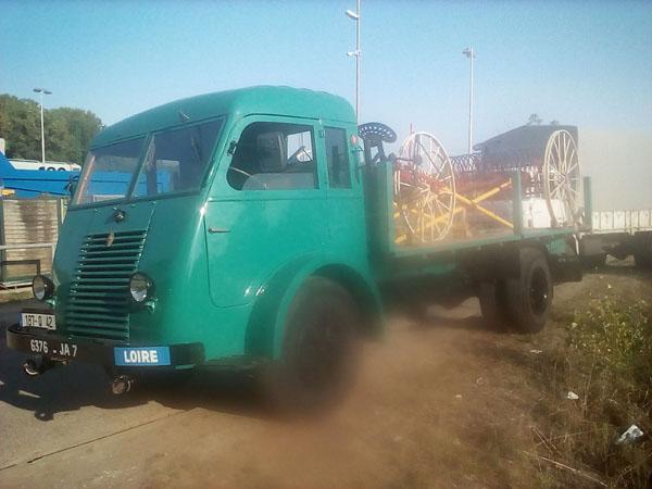 Exposition de camions a saint Pierre de boeuf  PTRA%2009%20fanneuse%20et%20rateleuse%20sur%20plateau%20Renault