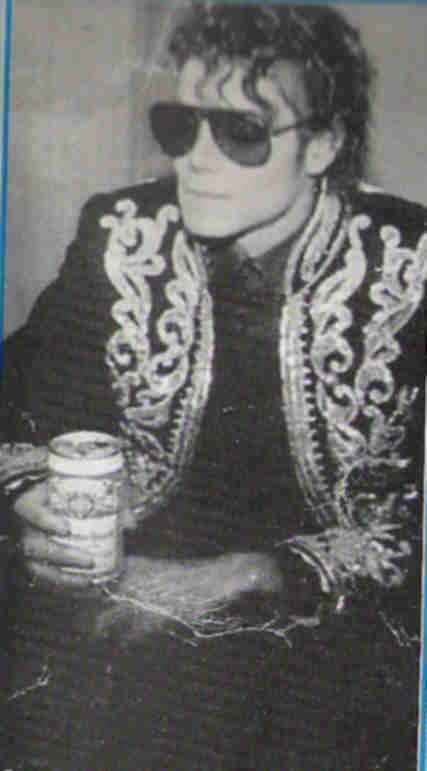 Immagini Michael Jackson che mangia e beve. - Pagina 13 009