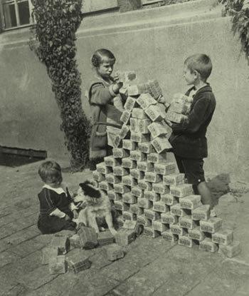 Prévoir une monnaie d'échange ... l'or ? - Page 4 Children-playing-with-money