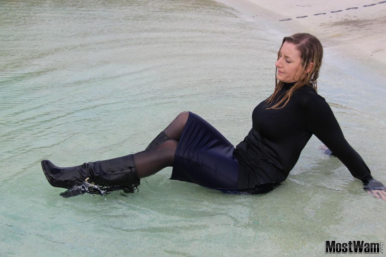 Высокие кожаные ботфорты и вода. Lizfountlakeblueskirt_example_img_6866