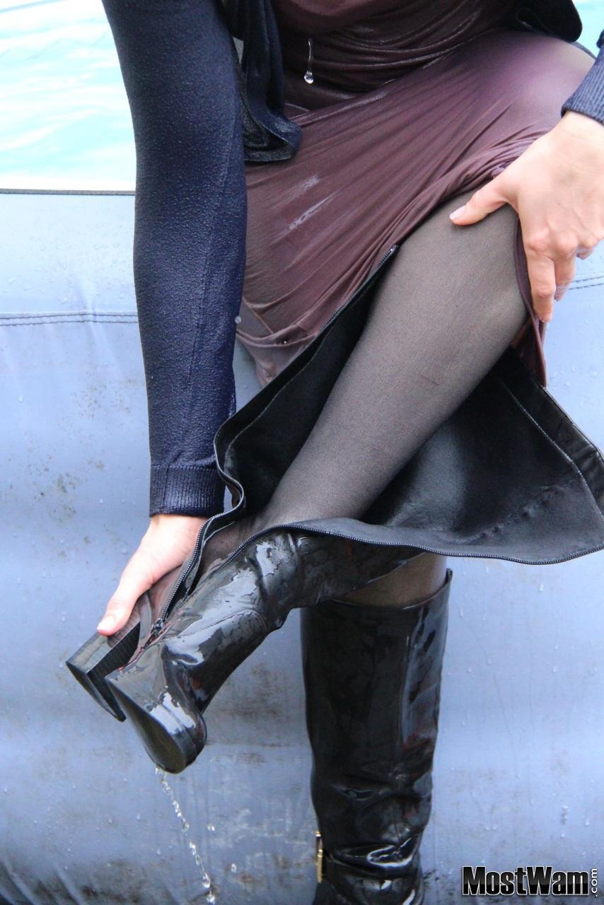 Высокие кожаные ботфорты и вода. Lizhtmaxidress14_example_img_9458