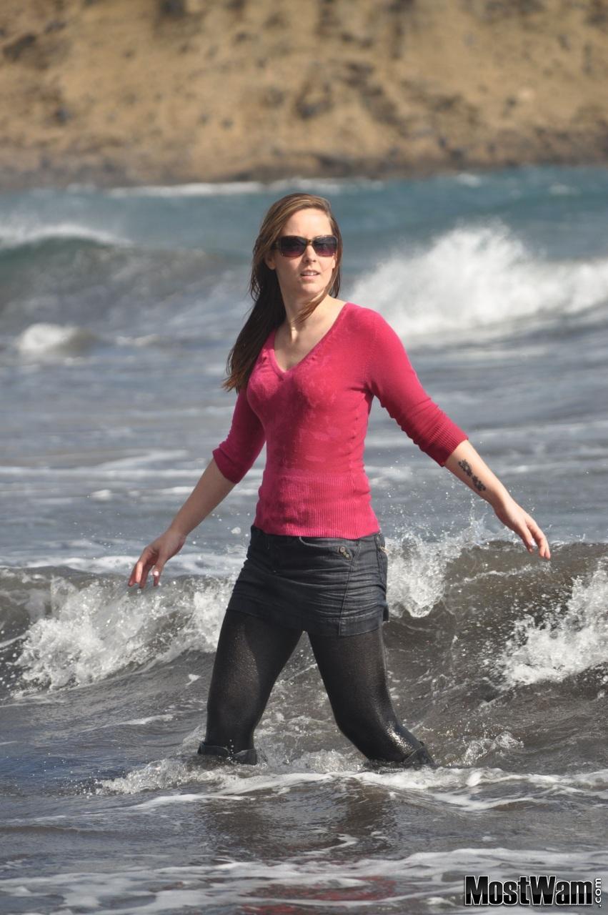 Высокие кожаные ботфорты и вода. Lucyseadenimskirt_example_dsc_z0082