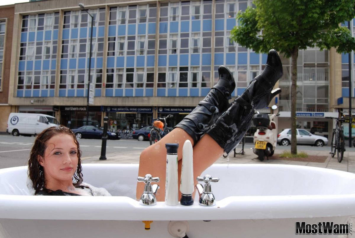 Высокие кожаные ботфорты и вода. Stephbath2_example_img_0966