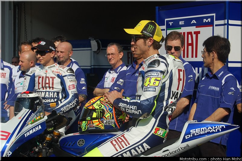 MOTO GP les photos - Page 2 Yamaha_team_launch_sepang_2010_017