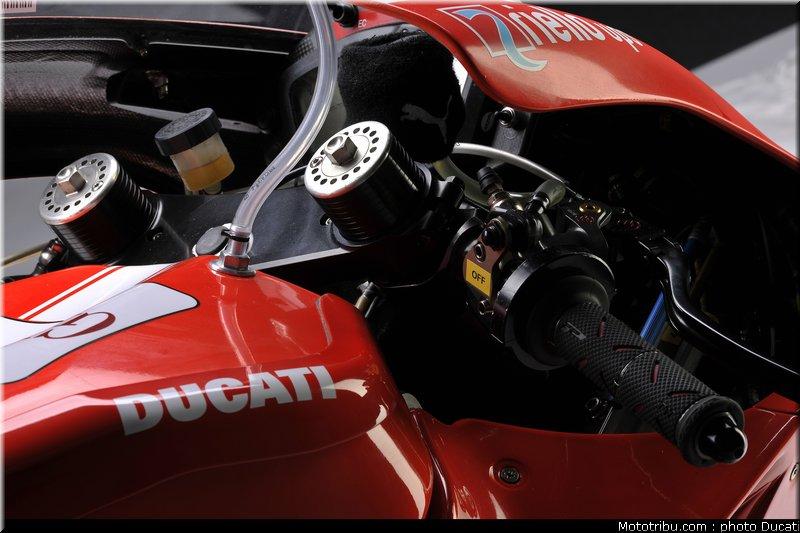 MOTO GP les photos - Page 2 Ducati_gp10_2010_023