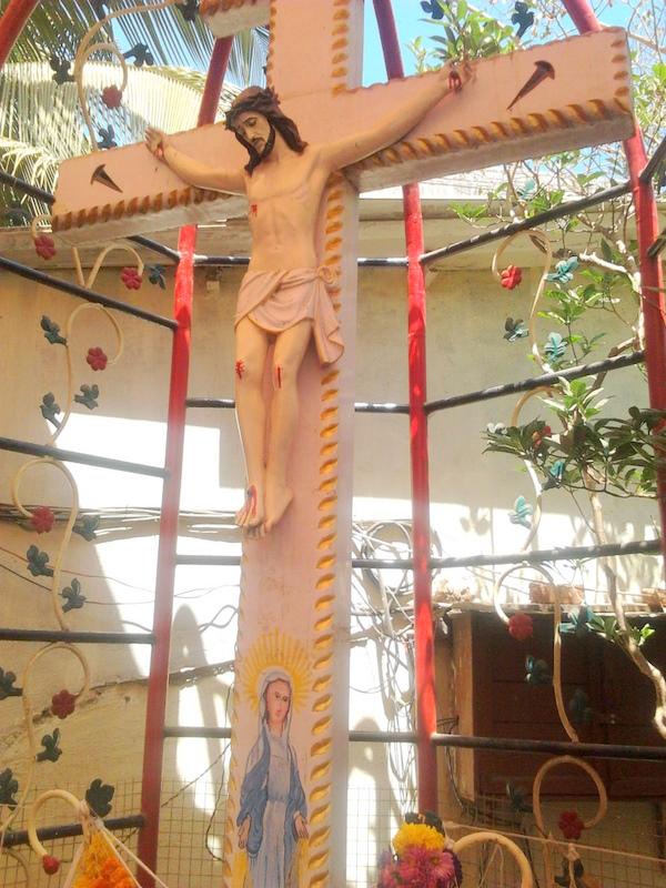 L'Eglise de Bombay reste prudente à propos du Crucifix ruisselant de sang Photo0034