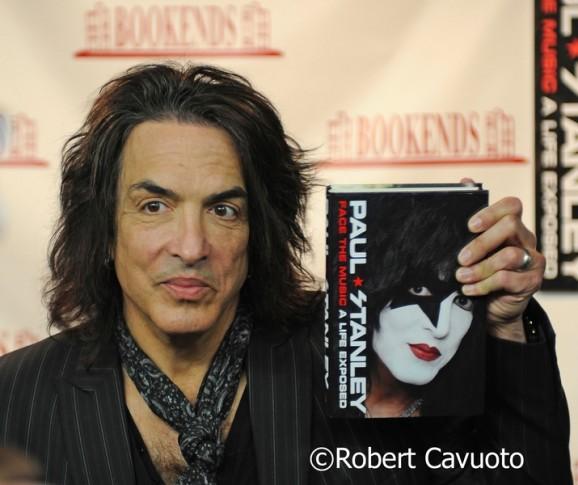 Literatura rock - Página 6 Paul-Stanley-Kiss-Book-Signing_2-e1397178128856