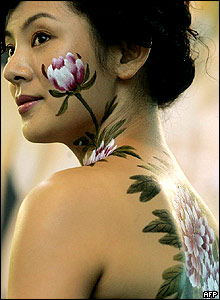Body painting... - Page 2 _40405773_bodypainting220x300afp