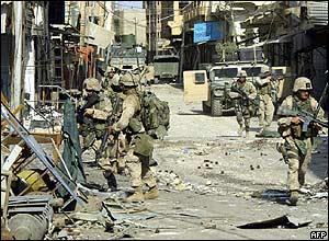 أسباب وأحداث معركة الفلوجه الأولى والثانية عام2004 _40525867_soldiers_afp_300