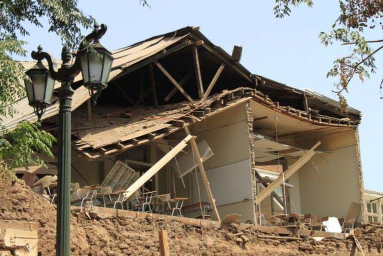 Aftermath of devastating M8.3 Chile earthquake _47391899_santiago_williams1