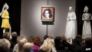 Elizabeth Taylor Jewels Auction fetches $150m _57386967_013530068-1
