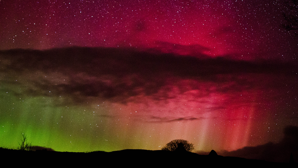Polarna svetlost - Page 6 _58696936_aurora-(2-of-2)