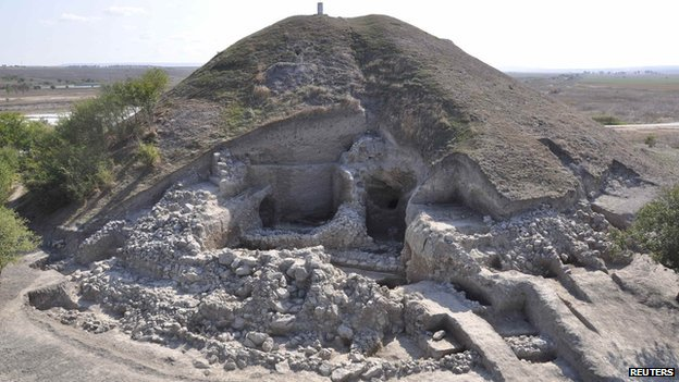 Europe's oldest prehistoric town found in Bulgaria _63859487_wall_reuters