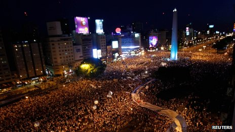 Argentines march in mass protest at government policies _64026521_buenosaires