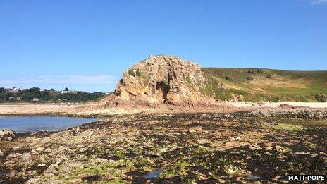 L'actualité archéologique de la semaine, 14 octobre - 28 octobre 2013 _70592403_la_cotte_site_low_tide