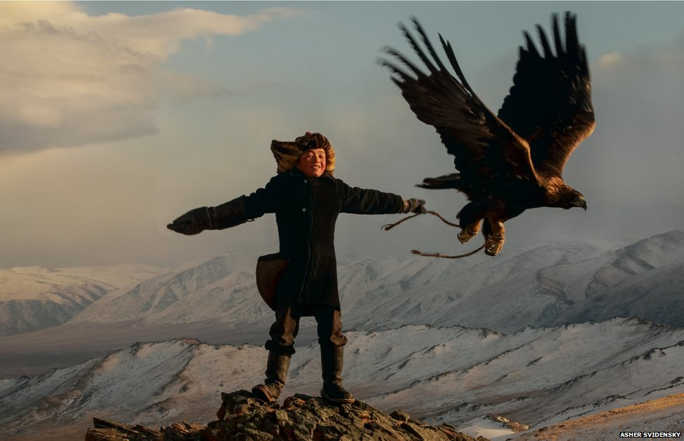 A 13-year-old eagle huntress in Mongolia _74151929_73