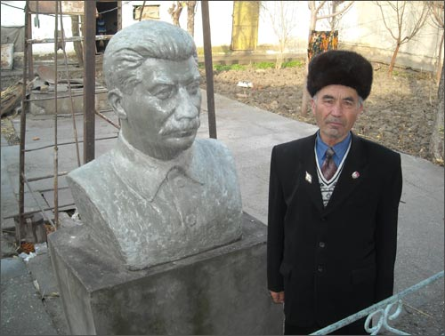 Todavia quieren a Lenin y Stalin en Kirguistán Stalinisty1