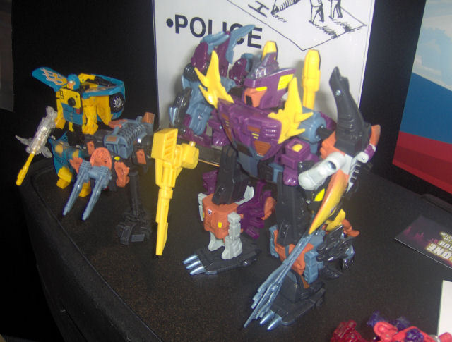 Jouets Transformers exclusifs: Collectors Club | TFSS - TF Subscription Service BTC08_TFCC08-EXCLSV-DISPLAY_PI_1211575011