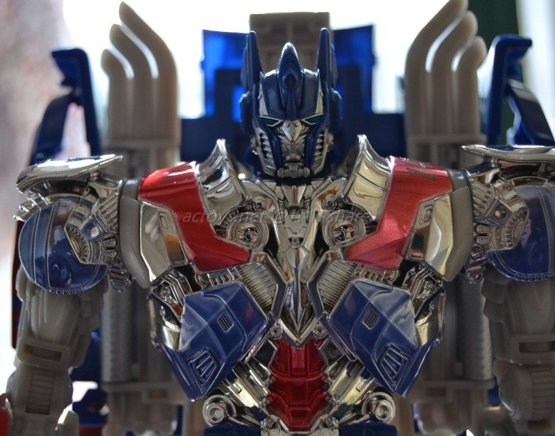 JOUETS - Transformers 4: Age Of Extinction - Page 3 Transformers-4-Age-Of-Extinction-Unmasked-Optimus-Prime-Figure-02_1389776868